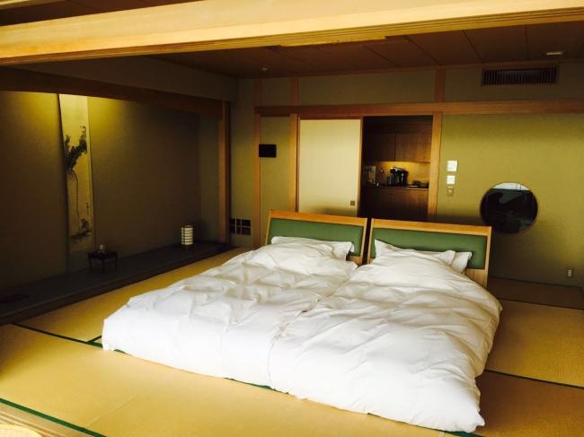 何よりも寝心地にこだわりゼロから開発した「若松布団」。オリジナルのヘッドボードとの組み合わせで、和の佇まいを残しながら快適な滞在を実現している