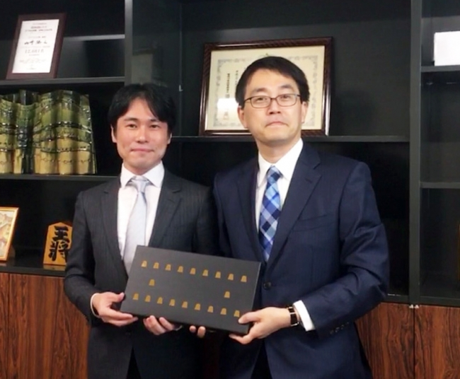 右:羽生善治竜王 左:一心堂本舗代表取締役 戸村憲人