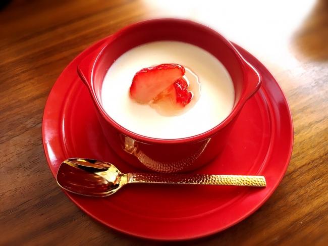 杏仁布丁(アンニンプーティン)~季節のフルーツを添えて~ 420円(税込)