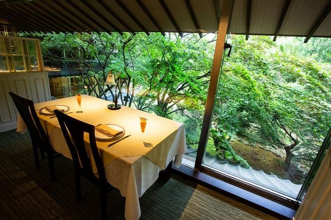 庭を眺めながらのディナー
