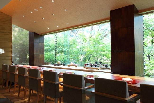 春の桜や秋の紅葉など四季が移り変わる庭園を見ながらお食事を楽しむことができるカウンター席。