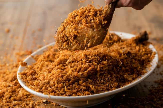人気の「やめられないチキン」は、食欲をそそるスパイスの香りとフライドオニオンのサクサク食感がやめられない!