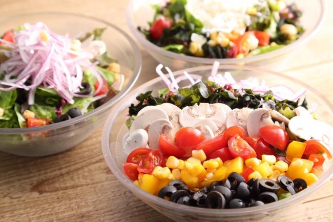 サラダ専門店「GREEN BROTHERS」の新鮮野菜が食べ放題!14種類のトッピングとオリジナルドレッシングでどうぞ。
