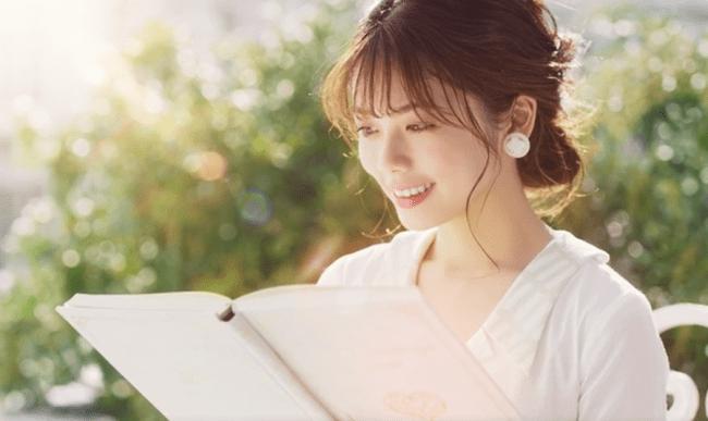 1.恋の教科書をベンチで読む小芝さん