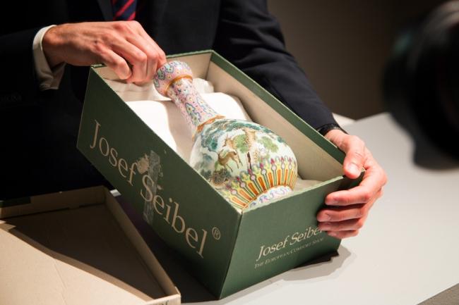 実際に持ち込まれた靴箱に収まる様子 (C)Sotheby's 清乾隆 洋彩山水柑子口瓶 落札予想価格500,000~700,000ユーロ 落札結果:16,182,800ユーロ(手数料込)