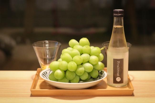 人気の秋田県産シャインマスカットと日本酒のセット