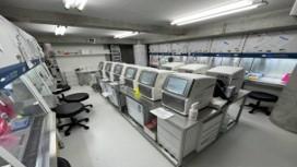 安全キャビネット及びクリーンベンチをPCR機の両側に配置