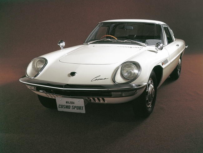 ロータリーエンジンという独自のメカニズムと未来的なルックスをまとって1967年にデビューしたマツダ・コスモスポーツ。日本を代表するヘリテージカーの一台だ。