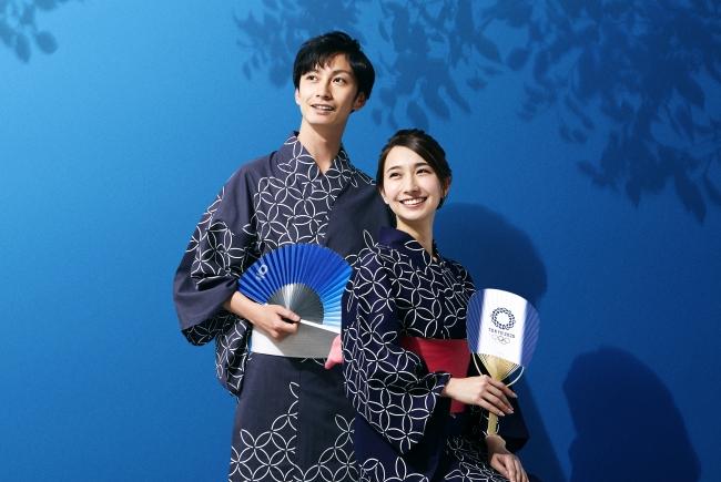 【着用浴衣】左:東京2020オリンピックエンブレム 浴衣(灰地白抜き)男性/右:東京2020オリンピックエンブレム 浴衣(紺地白抜き)女性