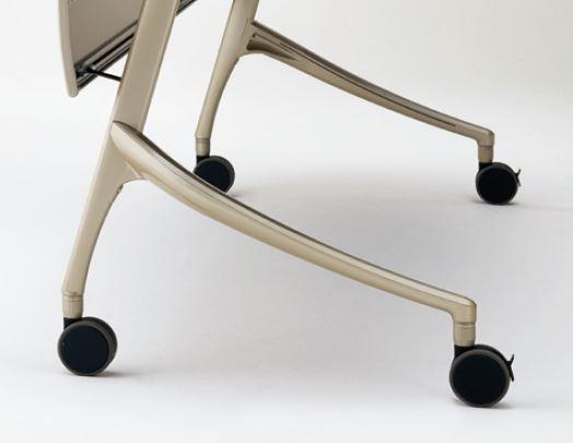 離着席時にテーブルの脚部が邪魔にならない、弓型形状の低床脚を採用。