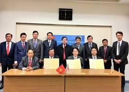 前列左からチャビン大学ヴォ・ホアン・カイ副学長、ベトナム社会主義共和国チャビン省レー・ヴァン・ハン人民委員会副知事、夏目長門名誉領事、大伸会川名剛之専務理事