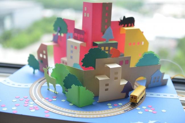 紙に印刷された電気が流れる線路の上を、ペーパークラフト電車が走る模型「かみてつ™」を制作するイベント「かみてつ™ワークショップ」@上野車両基地 1/20(土)親子20組40名様をご招待! 応募→1/12(金)必着 @ 銀座線上野車両基地 留置車両内 | 台東区 | 東京都 | 日本