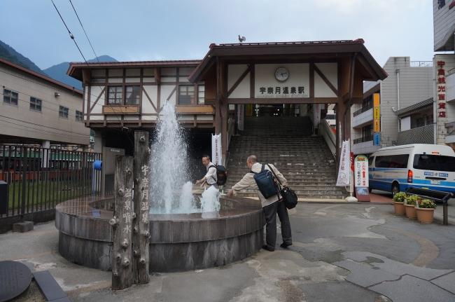 富山地鉄「宇奈月温泉駅」前の温泉噴水
