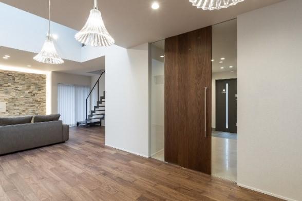 リビング空間の満足度を上げる大型ドア「カエサル」