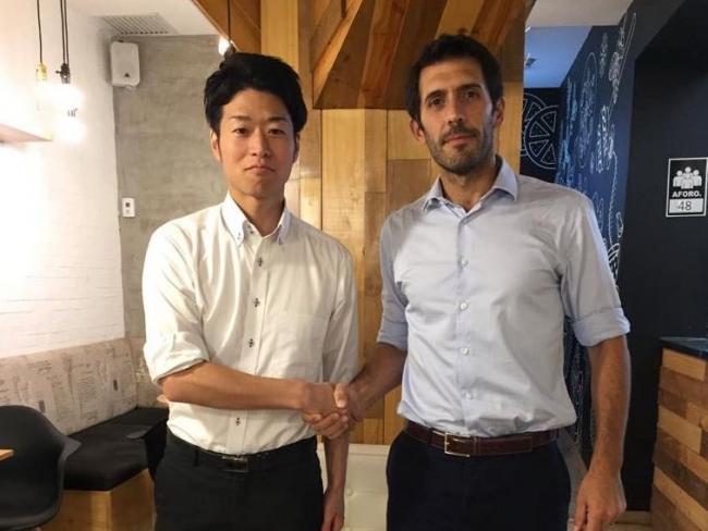 握手を交わす鈴木剛氏(テラドローン南米統括)とグレゴリオ・デル・カンポ氏(GPower CEO)