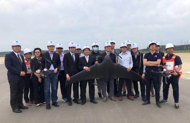 実証実験成功後の台湾政府関係者らとテラドローン社員(福島ロボットテストフィールドにて)
