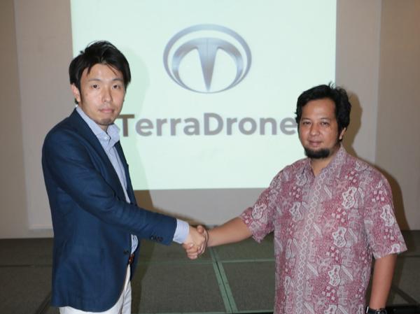 握手を交わす羽渕毅氏 (海外事業開発本部 東南アジア事業統括) とマイケル・ウィシュヌ・ワーダナ・サイアジアン氏 (AeroGeosurvey Indonesia代表)