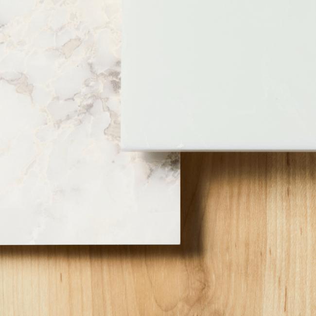 落ち着いた木調と美しい模様を描く大理石のコンビネーションがブランドの心地よさを演出する