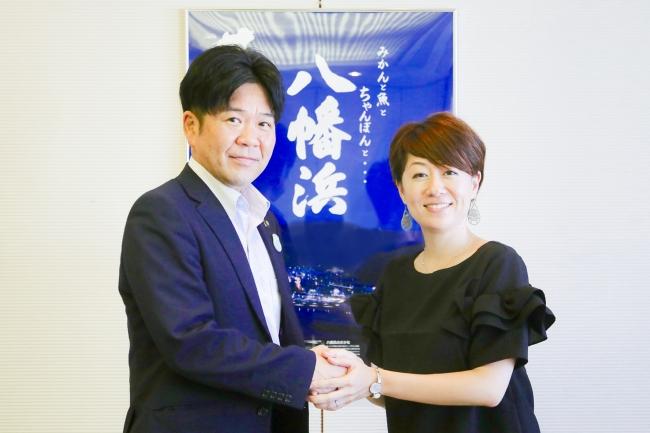 8月31日八幡浜市役所にて。  大城一郎市長(左)と TABI LABO地方創生事業部長 白坂ゆき(右)。