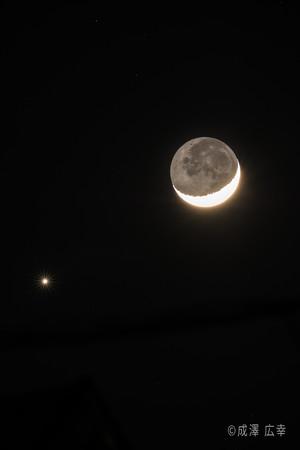 月と金星が接近した様子。当日は月と火星が並びます。