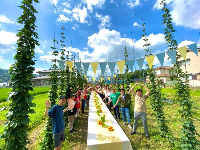 ホップ収穫祭の様子(20年8月、奈良県平群町)。真空状態で冷凍保存し、Nakatsu brewery にてフレッシュホップビールを醸造予定。