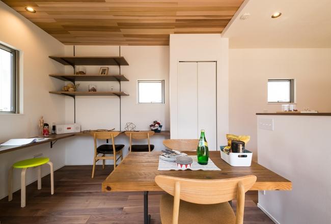 あすみが丘モデルハウス。キッチン周りに設置したカウンターは奥様のワーキングスペースとして、また、お子様のスタディースペースとしても機能します