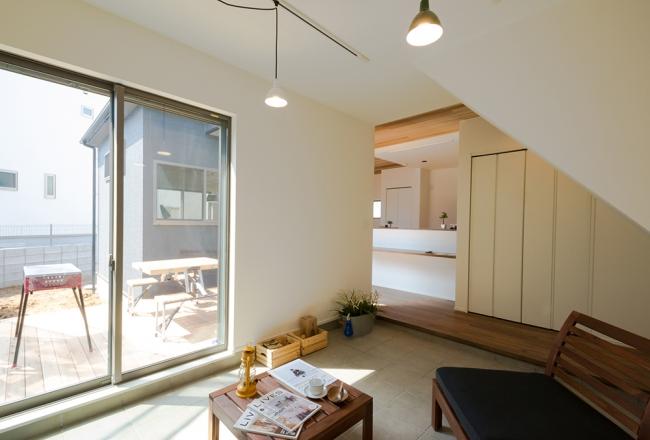 あすみが丘モデルハウス。ウッドデッキとつながるDOMAスペースはくつろぎのカフェスペースとして活躍