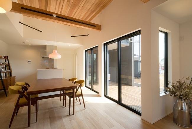 あすみが丘モデルハウス。LDKからつながるウッドデッキは玄関ポーチからもアクセス可能。家族でも、友達を呼んでも楽しめる外空間です