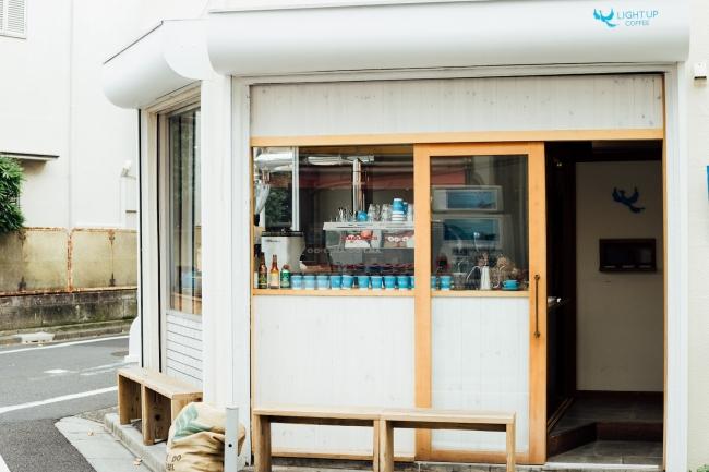 住宅街にひっそりとたたずむ下北沢店。  コーヒー生豆を仕入れ、  店内の焙煎機で毎日焙煎しています。