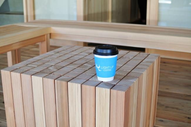 デザインのテーマは正方形。京都の碁盤のようなテーブルは入り口ウッドデッキに。