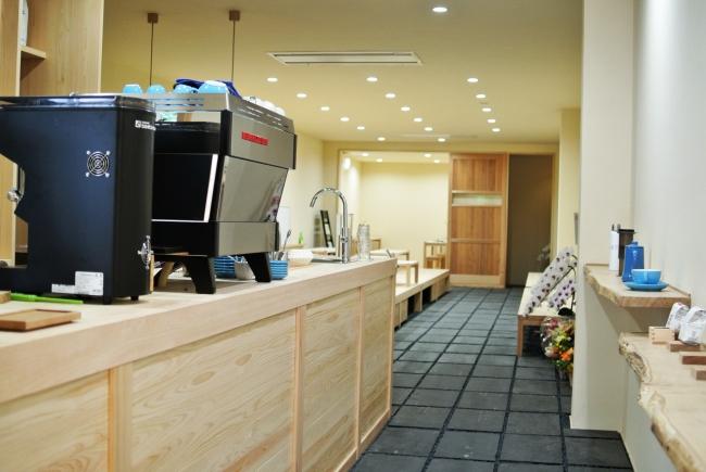 ヒノキのカウンターに石畳の床。奥には小上がりがある和な内装。