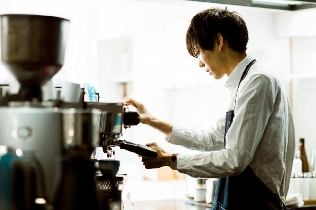 代表の川野はラテアートの全国大会でも優勝。  今はコーヒー農園で実際に生産から取り組み、  美味しいコーヒーを広めることに注力しています。