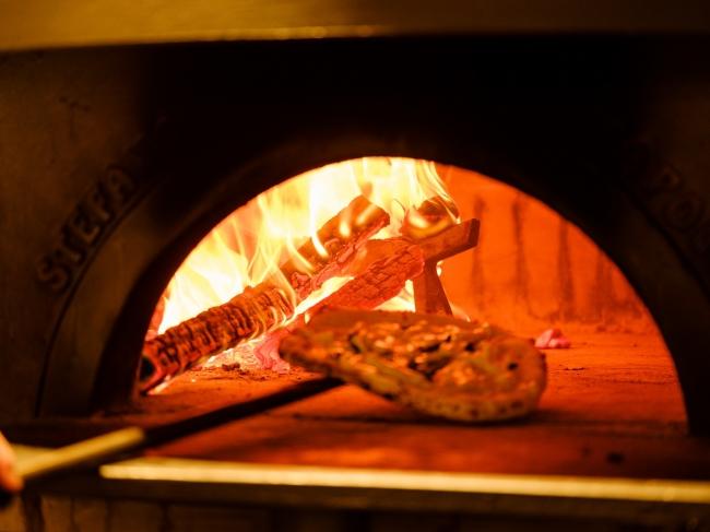 本場ナポリの薪窯で焼く芳醇な香りをまとうピザ