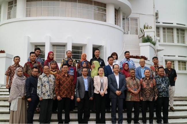 6大学の学長や代表者たちと共に  本学 都築明寿香学長(中央)   於:インドネシア教育大学