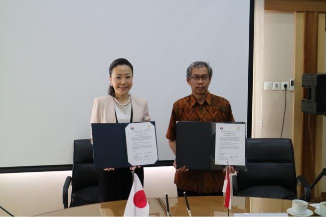 本学都築学長(左)とインドネシア教育大学(Universitas Pendidikan Indonesia)副学長(右)