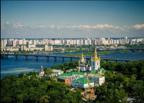 キエフの中心を流れるドニプロ川。中央は、世界遺産にも登 録されているキエフ・ペチェールシク大修道院