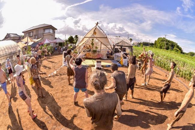 有機野菜畑がダンスフロアに!ステージ屋根は山武市の間伐材を使用。