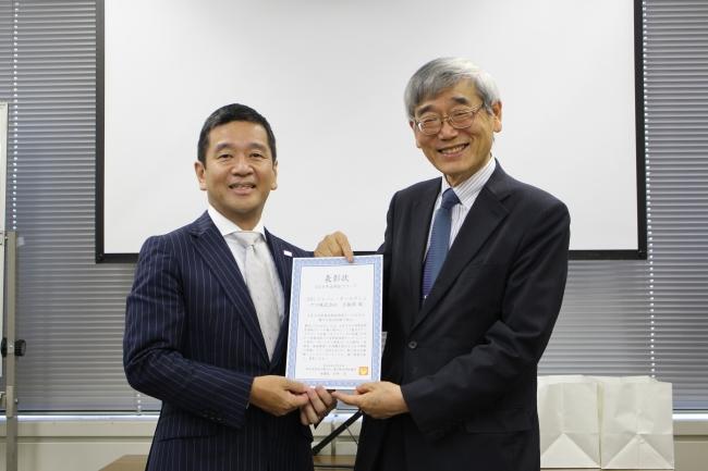 (写真左より) AIG損保 執行役員 片山 敦、東京都自閉症協会 理事長 今井 忠氏