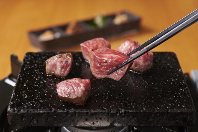 「牛肉の溶岩石炙り」