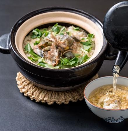 〆の土鍋飯は、土鍋ご飯として堪能した後「すっ ぽん出汁餡」をかけて雑炊としてご提供。身体の 芯まで温まります。