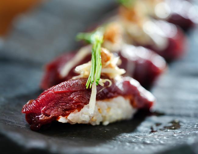 桜肉の漬けとベジマカのアテ寿司(980円)刻んだマカを混ぜたシャリを桜肉と合わせ寿司に。酢漬けにしたマカのガリ・千切りにしたマカと芽葱を添えました。