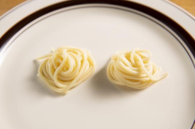 (左)中太麺、(右)極太麺