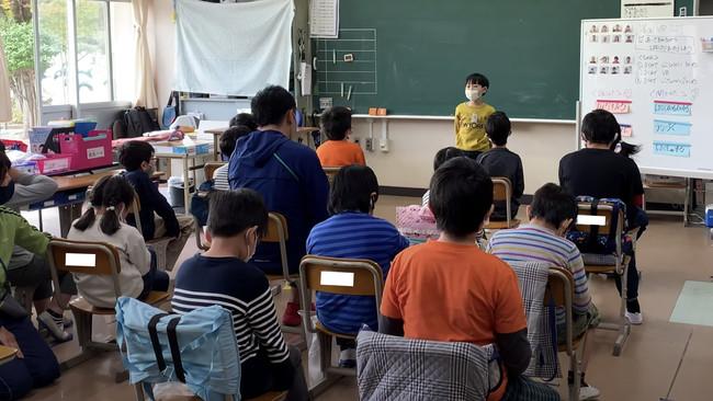 ▲VR空間内で練習した自己紹介を実践。コミュニケーション高群の児童の多くに練習の成果が見えた。