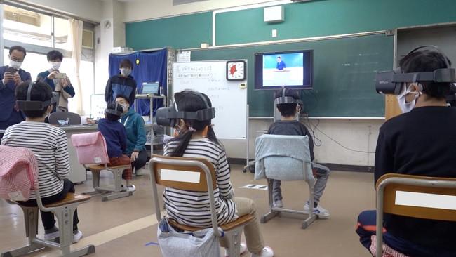 ▲VRで教室での自己紹介を疑似体験。実際に発話して、自己紹介の練習をします。
