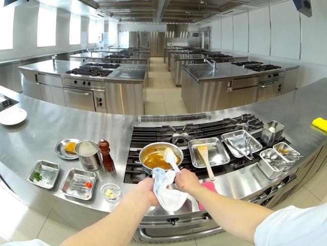 ▲当事者目線で複数作業を同時進行。360度調理場全体を見渡すことができる。