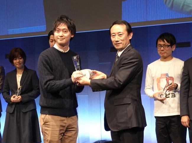 ▲emou開発統括シニアプロデューサーの青木が表彰!