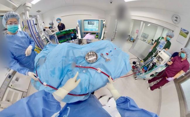 ▲実際のECMO治療現場を医師目線でVR体験。医療機器の測定データなども映像編集で見やすく表示。