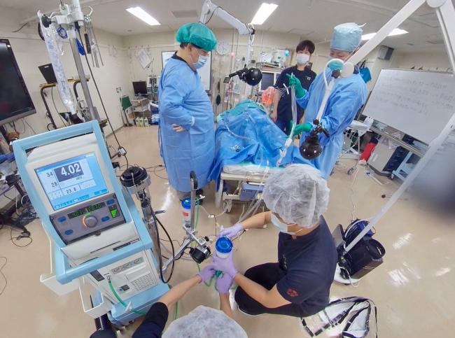 ▲シミュレータを使った模擬手術コンテンツではわかりやすく手順を解説。