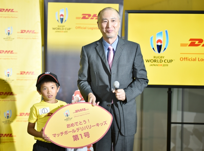 DHLジャパン社長の山川(右)とキッズ第一号に決まった山村君(左)