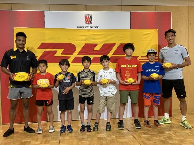 松島幸太朗選手(左端)、槙野 智章選手(右端)に対面したマッチボールデリバリーキッズの子供たち